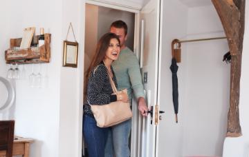 Casal entrando na Suiça Mineira